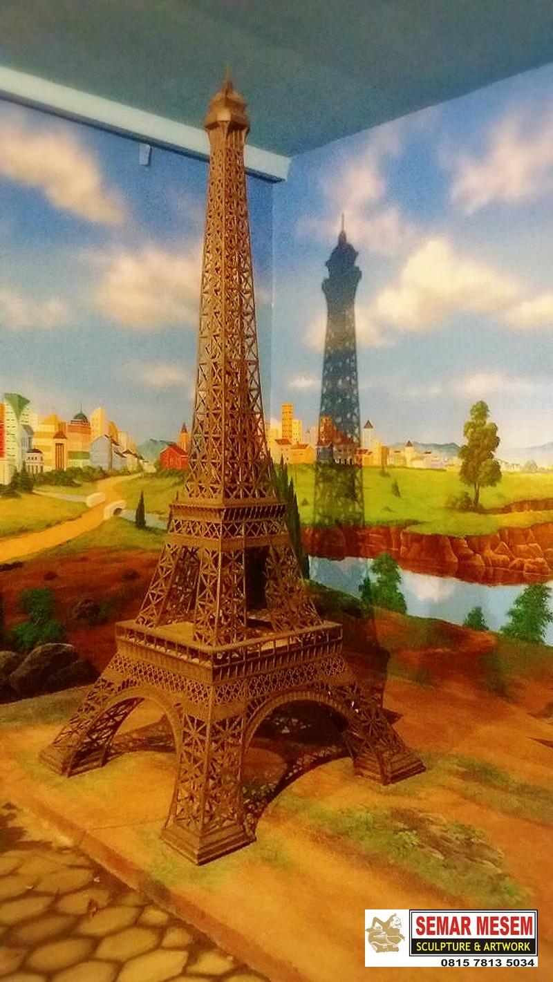 Kelik Semar Mesem Patung Eifel Patung Menara Eifel